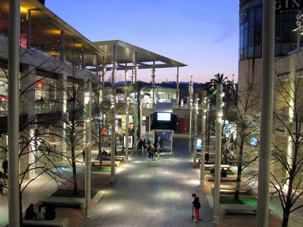 Jets se encarg de custodiar la primera piedra del centro - Centre comercial la maquinista ...